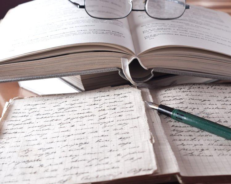 Un livre et du papier bloc-note